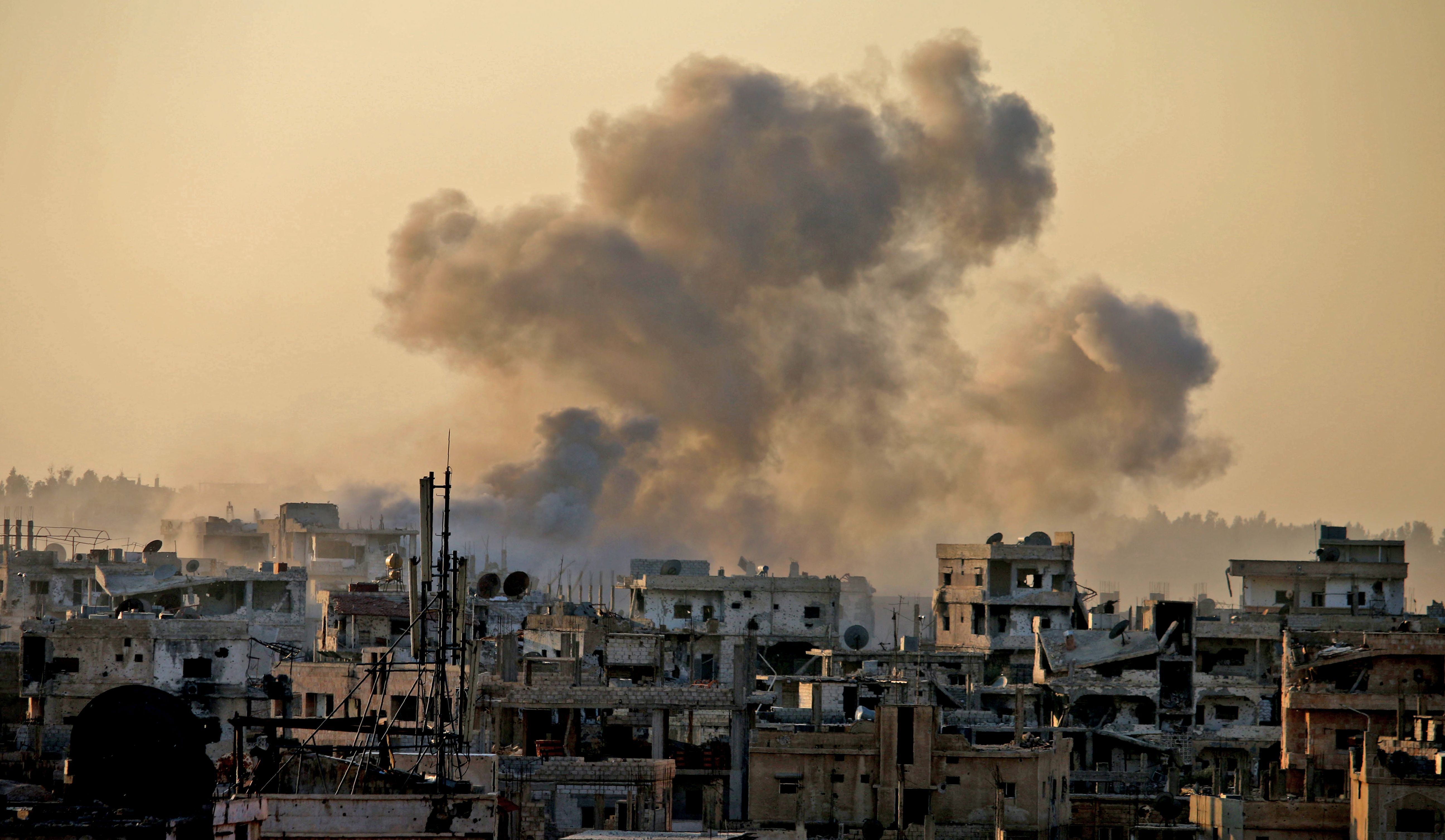 TOPSHOT - Smoke billows during reported shelling by Syrian government forces in the rebel-held area of Daraa, in southern Syria, on December 12, 2016. / AFP PHOTO / MOHAMAD ABAZEED / TT / kod 444
