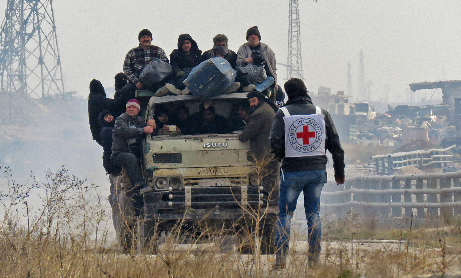 TOPSHOT - Syrians are evacuated from a rebel-held area of Aleppo towards rebel-held territory in the west of Aleppo's province on December 16, 2016. Russia announced it was negotiating with the Syrian opposition and seeking a nationwide ceasefire, as the evacuation of civilians and fighters from the last rebel-held parts of Aleppo entered a second day. The Syrian Observatory for Human Rights, a Britain-based monitor of the war, estimated some 8,500 people had left so far, including around 3,000 rebel fighters. Syrian state media reported a figure of around 8,000. / AFP PHOTO / STRINGER / TT / kod 444