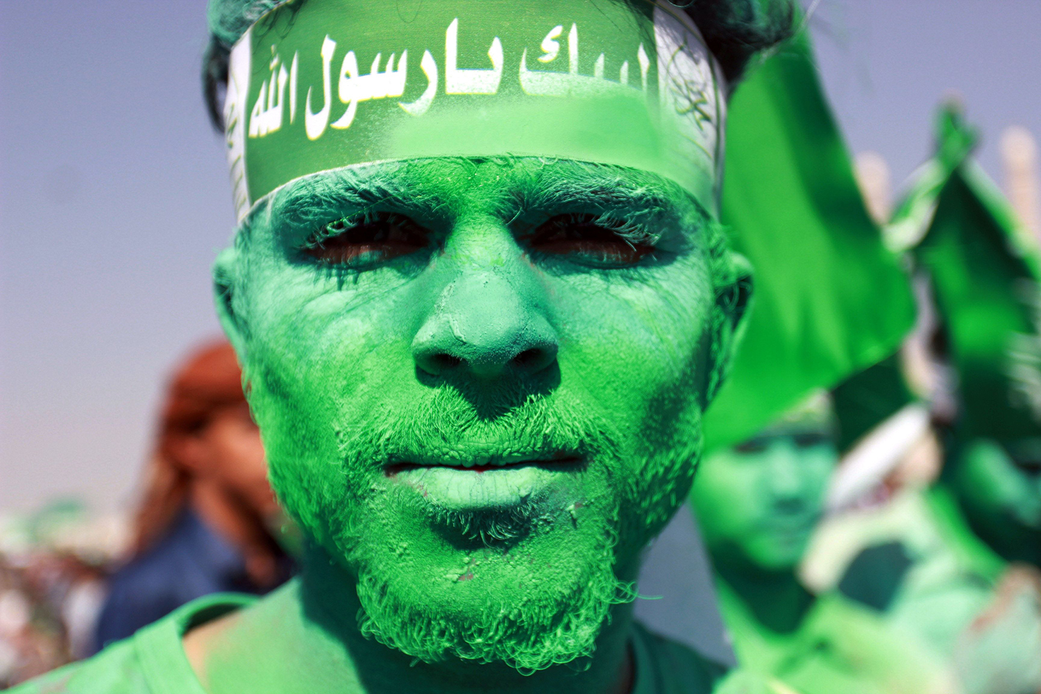 TOPSHOT - A Muslim Yemeni shows of his coloured face during a gathering marking the birth anniversary of Islam's Prophet Mohammed on December 11, 2016 in the Yemeni capital Sanaa. / AFP PHOTO / Abdel RAHMAN ABDALLAH / TT / kod 444