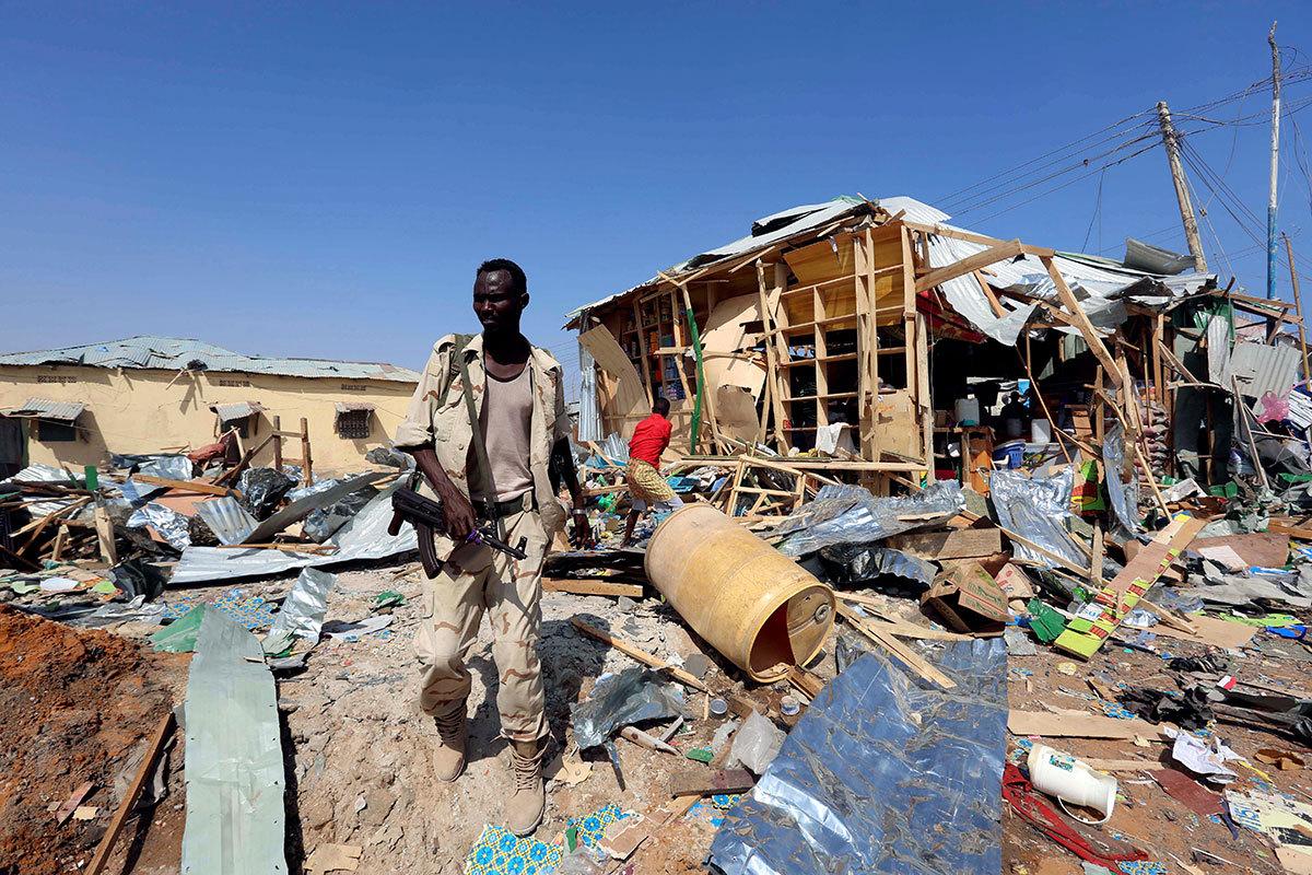 En somalisk soldat inspekterar platsen där en självmordsbombare slog till i huvudstaden Mogadishu. FEISAL OMAR / REUTERS
