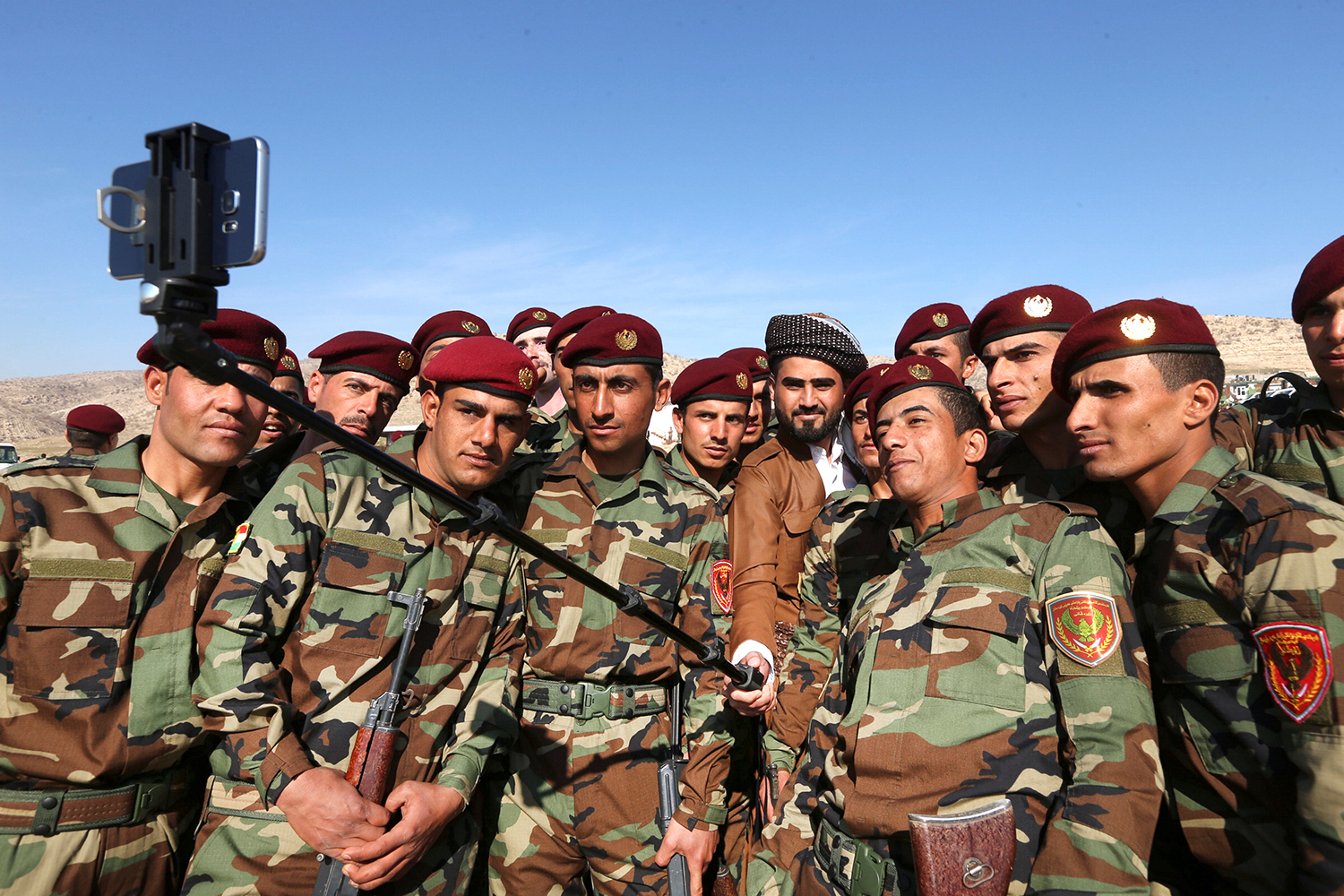 DUHOK 2017-02-07 A group of Arab soldiers who have joined Kurdish peshmerga forces take a selfie picture during a graduation ceremony at a training camp in Duhok province, Iraq, February 7, 2017. REUTERS/Ari Jalal TPX IMAGES OF THE DAY Photo: / REUTERS / TT / kod 72000