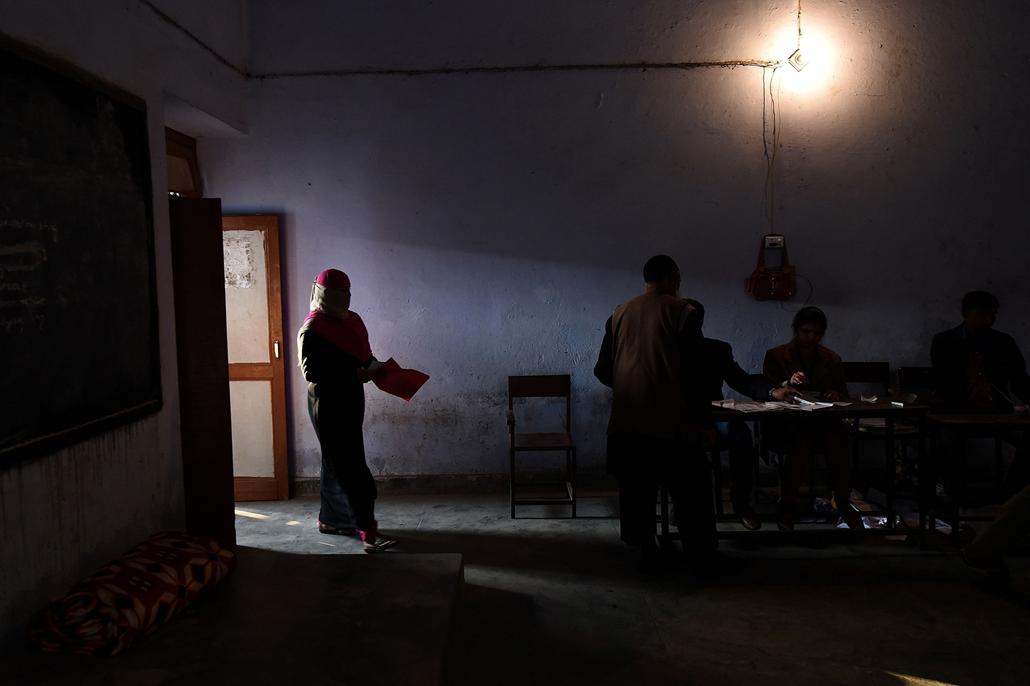 TOPSHOT - A Muslim woman arrives to cast her vote at a polling station in Muzaffarnagar in Uttar Pradesh on on February 11, 2017. India's most populous state Uttar Pradesh goes to the polls on February 11 in a contest seen as a key test for Narendra Modi halfway into his first term as prime minister. / AFP PHOTO / Prakash SINGH / TT / kod 444