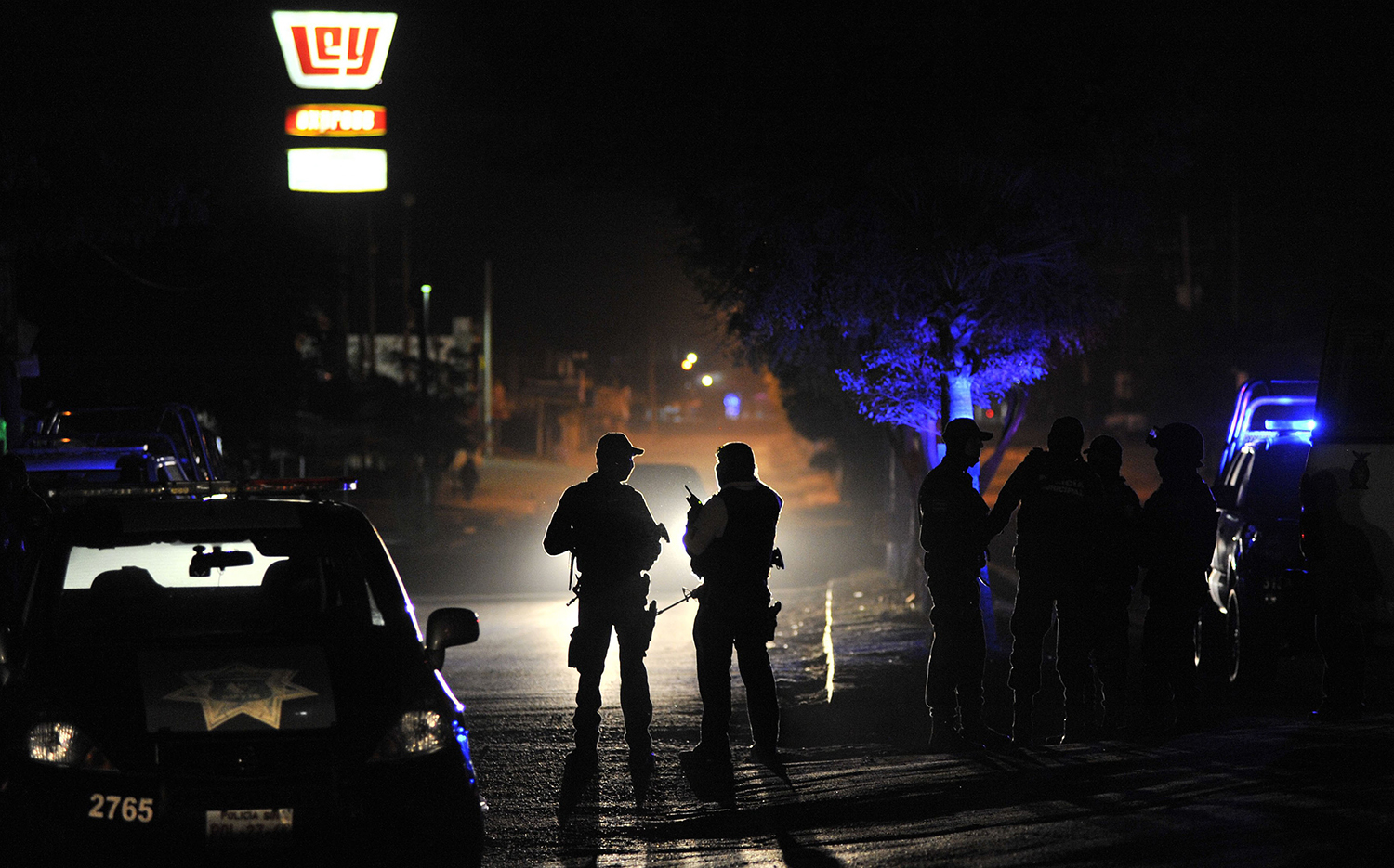 TOPSHOT - Members of the Mexican Army and Federal police patrol a crime scene after an origanized crime shooting at the Villa Juarez neighbourhood in Navolato, State of Sinaloa on February 7, 2017. / AFP PHOTO / FERNANDO BRITO / TT / kod 444