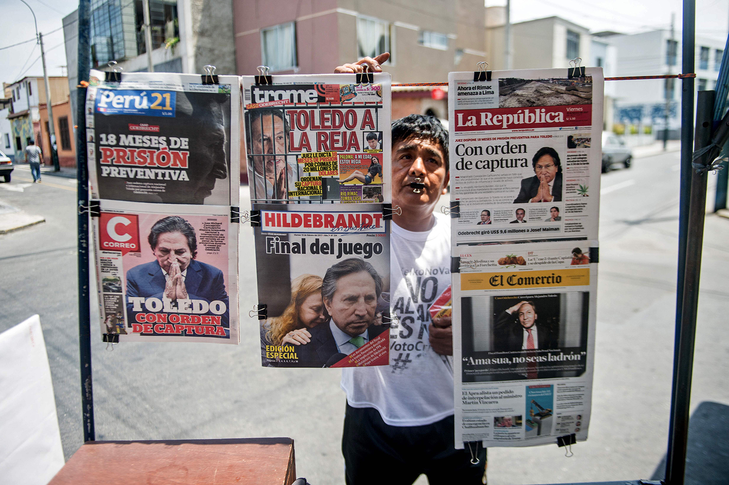 TOPSHOT - Newspapers with the portrait of former Peruvian President (2001-2006) Alejandro Toledo on their front pages, are displayed for sale in Lima on February 10, 2017. Peruvian police launched a manhunt Friday for ex-president Alejandro Toledo, once hailed as an anti-corruption champion, after a judge ordered his arrest over accusations he took $20 million in bribes from Brazilian construction company Odebrecht. / AFP PHOTO / ERNESTO BENAVIDES / TT / kod 444