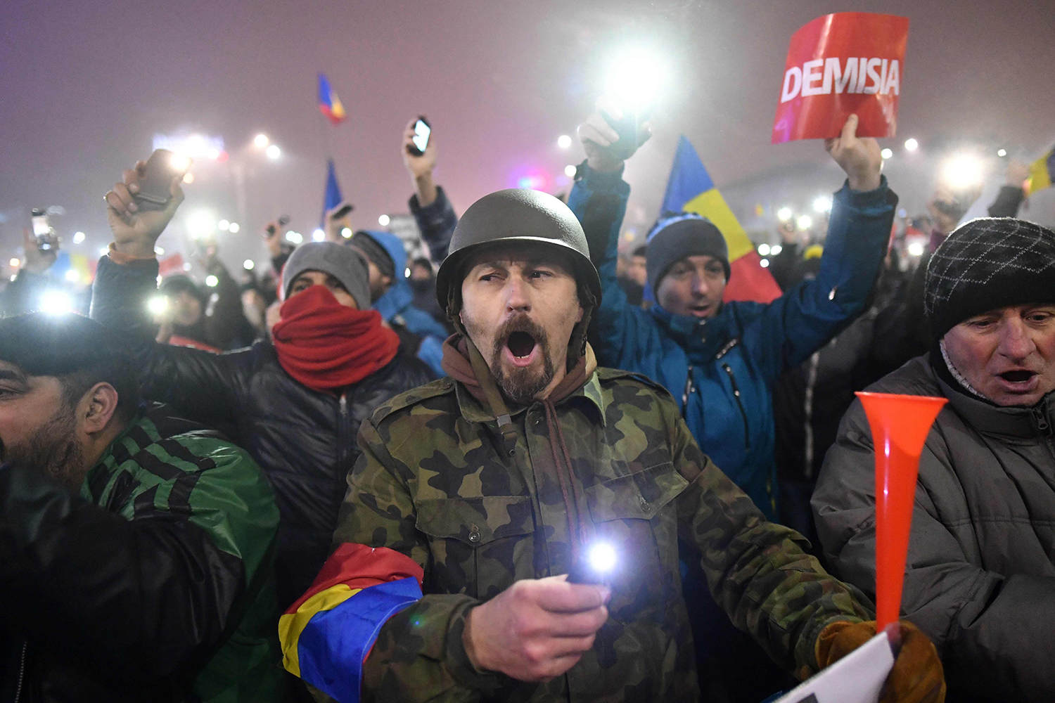 TOPSHOT - People protest against the government in Bucharest on February 6, 2017. Romania's government formally repealed Sunday contentious corruption legislation that has sparked the biggest protests since the fall of dictator Nicolae Ceausescu in 1989, ministerial sources said. / AFP PHOTO / Daniel MIHAILESCU / TT / kod 444