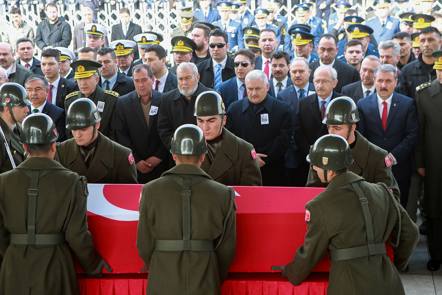 TOPSHOT - Military honour guards carry the coffin of Mahmut Uslu, one of five Turkish soldiers killed on Ferbuary 7, in an attack by IS militants around the Syrian town al-Bab, as Turkish Prime Minister Binali Yildirim (3rdR) attends the funeral ceremony in Ankara, on February 9, 2017. / AFP PHOTO / ADEM ALTAN / TT / kod 444