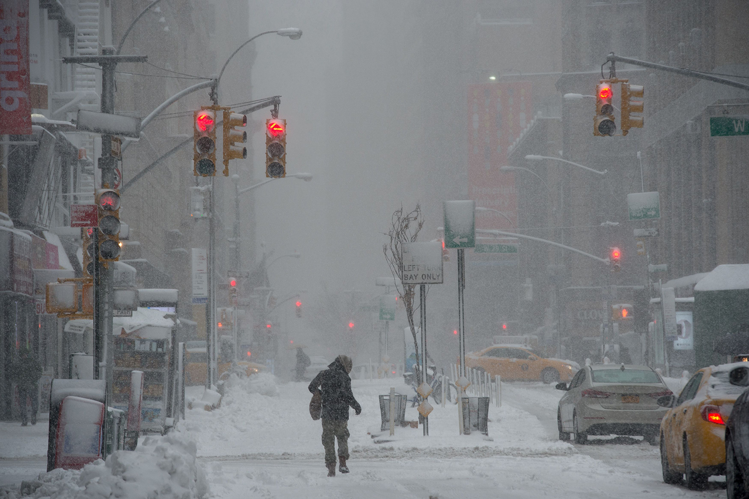 TOPSHOT - A person walks down Broadway during a winter storm, February 9, 2017 in New York. / AFP PHOTO / Bryan R. Smith / TT / kod 444
