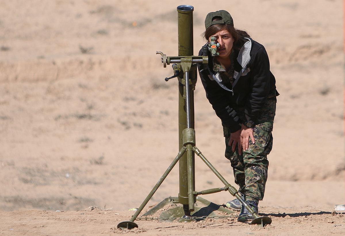 En soldat i SDF, en allians mellan sunniaraber och kurder som slåss mot IS i norra Syrien, ställer in siktet på en granatkastare. RODI SAID / REUTERS