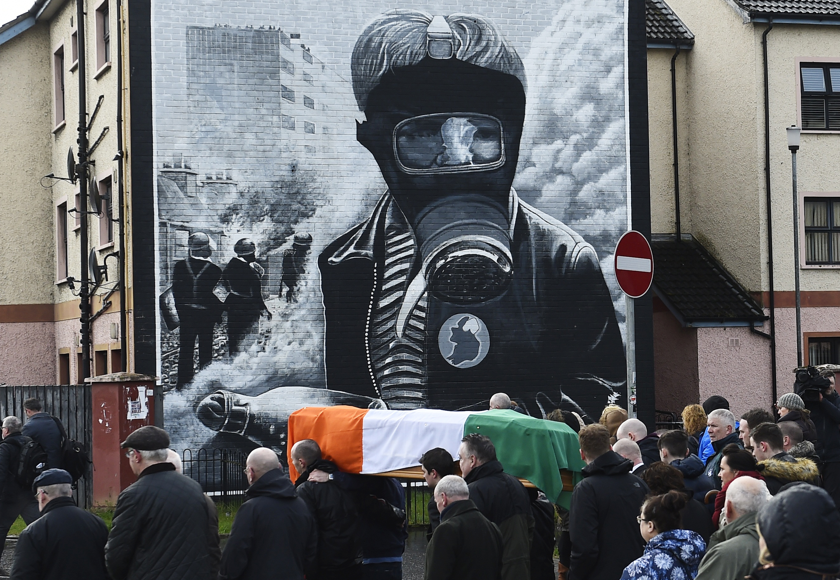 LONDONDERRY 2017-03-21 Pall bearers carry the coffin of Martin McGuinness through the streets of Londonderry, Northern Ireland, March 21, 2017. REUTERS/Clodagh Kilcoyne TPX IMAGES OF THE DAY Photo: / REUTERS / TT / kod 72000