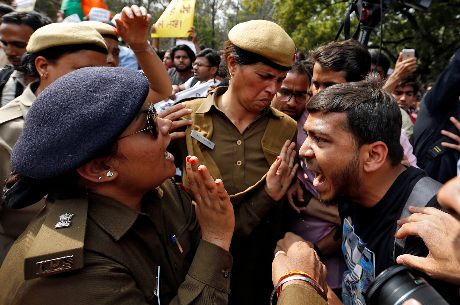 DELHI 2017-02-28 A protestor and police officer react during a march held on campus against violence and intimidation within Delhi University, India, February 28, 2017. REUTERS/Cathal McNaughton TPX IMAGES OF THE DAY Photo: / REUTERS / TT / kod 72000