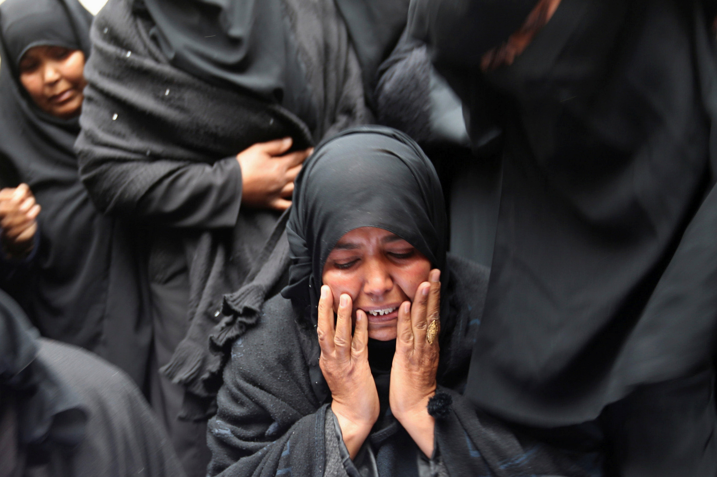 RAFAH 2017-03-22 A relative mourns during the funeral of Palestinian Youssef Abu Azra, who according to hospital officials was killed by Israeli fire and whom the Israeli forces said was detected with other suspects near the security fence, in Rafah, Gaza Strip March 22, 2017. REUTERS/Ibraheem Abu Mustafa TPX IMAGES OF THE DAY Photo: / REUTERS / TT / kod 72000