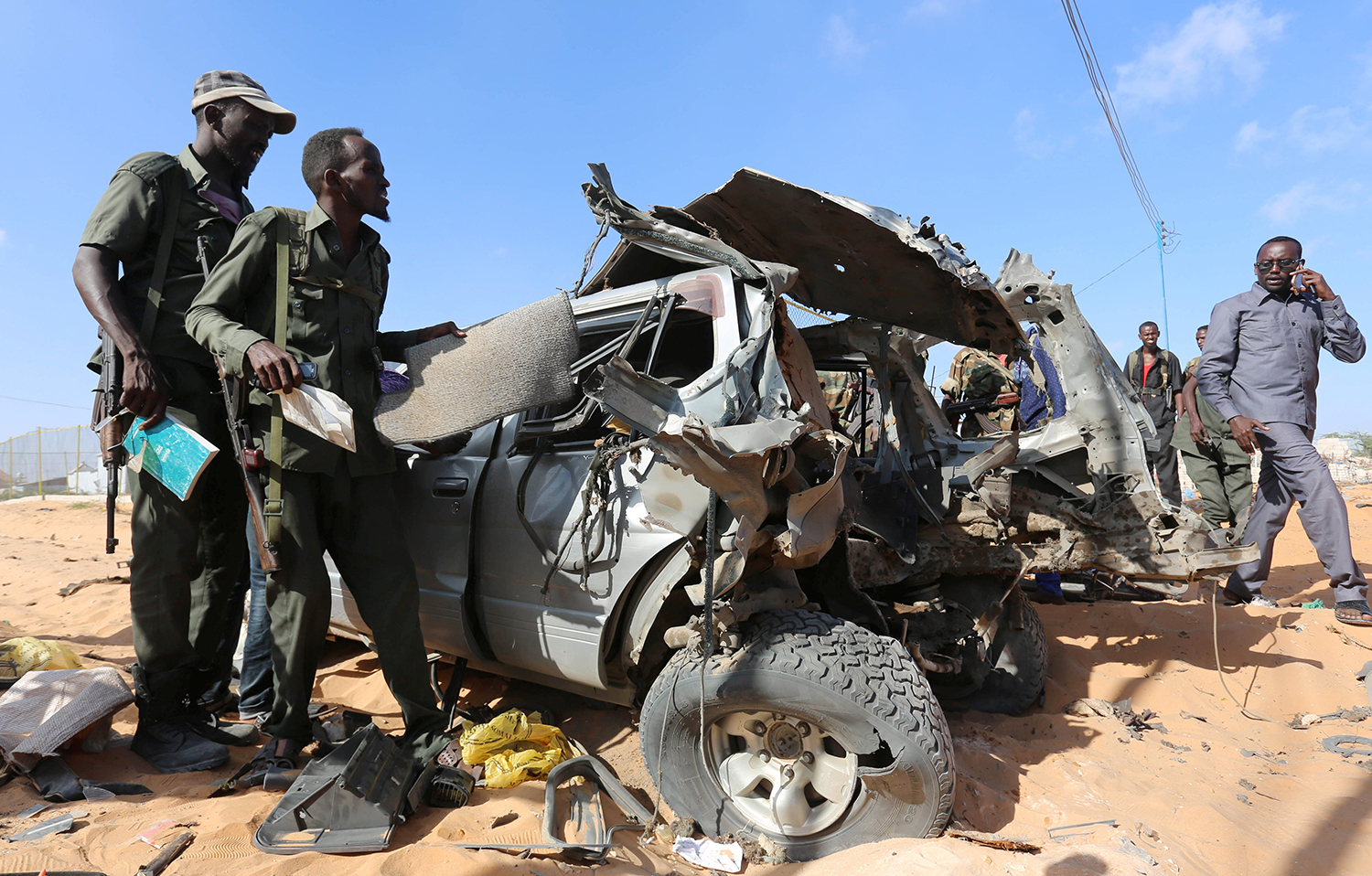 MOGADISHU 2017-02-27 Somali security forces secure the scene of a car bomb explosion in Warshadaha streets in Somalia's capital Mogadishu, February 27, 2017. REUTERS/Feisal Omar TPX IMAGES OF THE DAY Photo: / REUTERS / TT / kod 72000