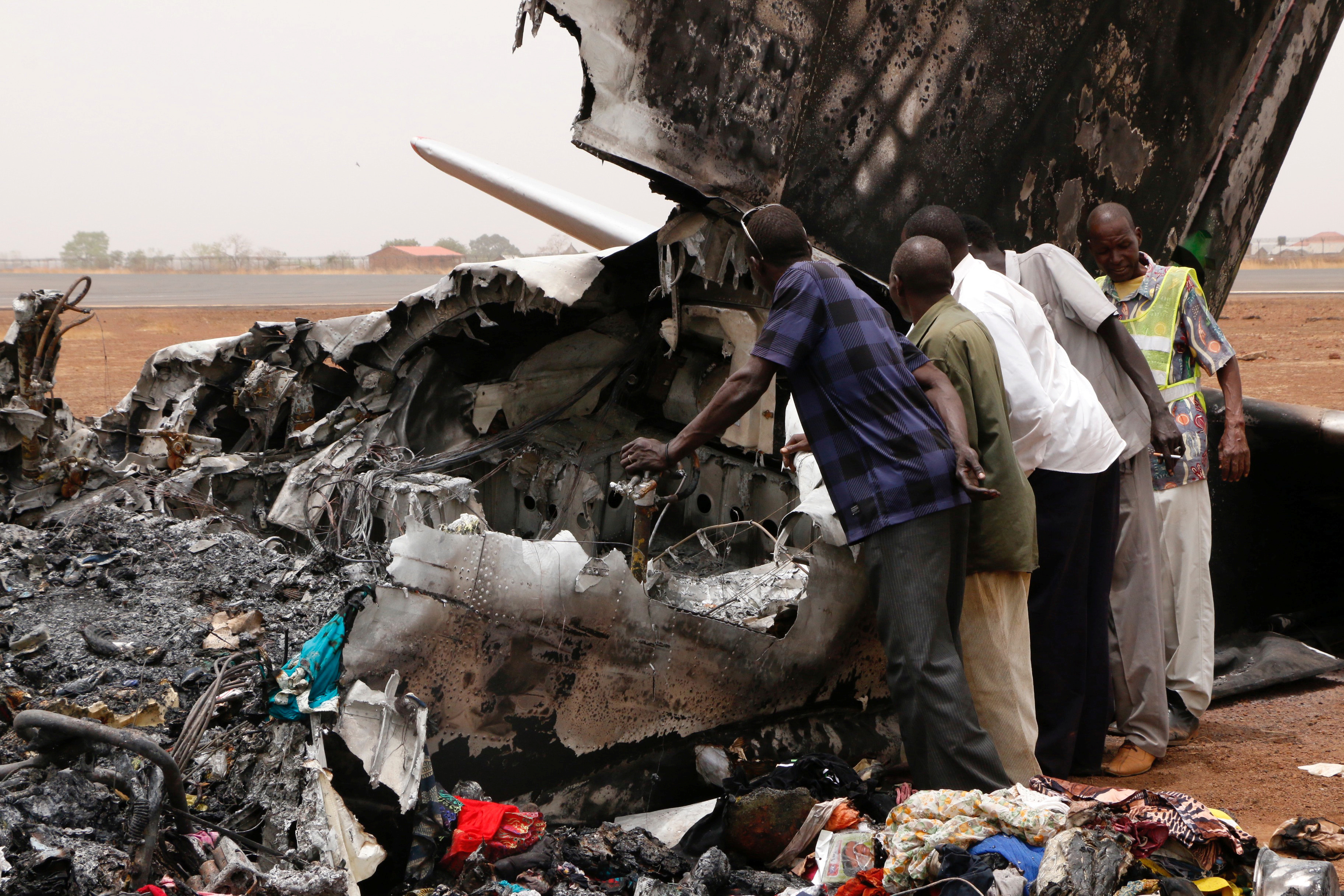 WAU 2017-03-21 Aviation staff assess the wreckage of a South Supreme Airlines plane that crashed when it landed in the northwestern town of Wau from South Sudan's capital Juba, March 21, 2017. REUTERS/Jok Solomun FOR EDITORIAL USE ONLY. NO RESALES. NO ARCHIVE. TPX IMAGES OF THE DAY Photo: / REUTERS / TT / kod 72000