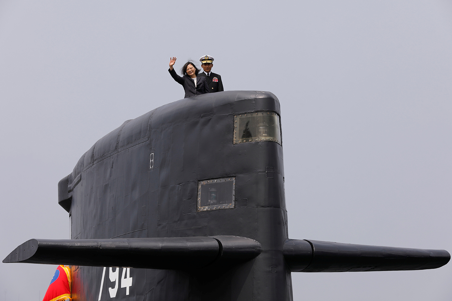 KAOHSIUNG 2017-03-21 Taiwan President Tsai Ing-wen waves as she boards Hai Lung-class submarine (SS-794) during her visit to a navy base in Kaohsiung, Taiwan March 21, 2017. REUTERS/Tyrone Siu TPX IMAGES OF THE DAY Photo: / REUTERS / TT / kod 72000