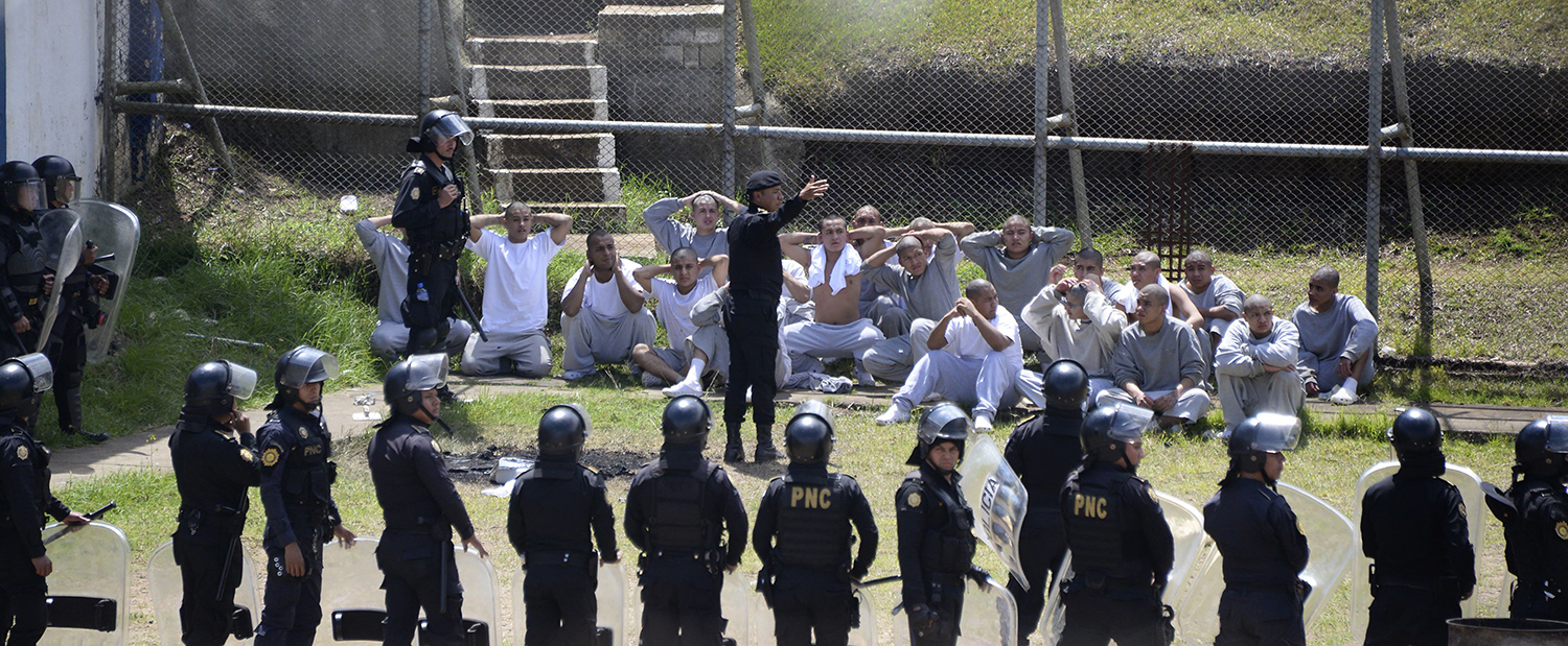TOPSHOT - Riot policemen control inmates at the Stage II Male Juvenile Detention Center, in San Jose Pinula, east of Guatemala City, on March 20, 2017. On the eve, more than 40 youth detainees attacked security staff leaving two official dead, four injured, and four still being held captive by inmates, the police reported. / AFP PHOTO / JOHAN ORDONEZ / TT / kod 444