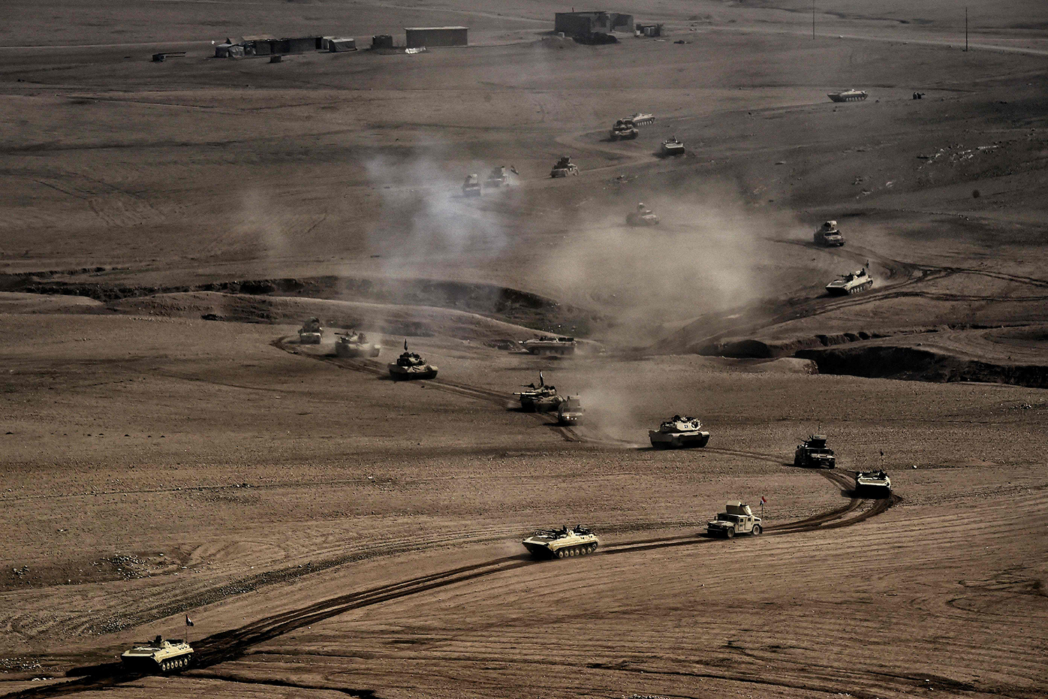 TOPSHOT - A convoy of tanks and armoured vehicles of the Iraqi army's 34th brigade advances near Talul al-Atshana, on the southwestern outskirts of Mosul, on February 27, 2017, during an offensive to retake the city from Islamic State (IS) group fighters. / AFP PHOTO / ARIS MESSINIS / TT / kod 444