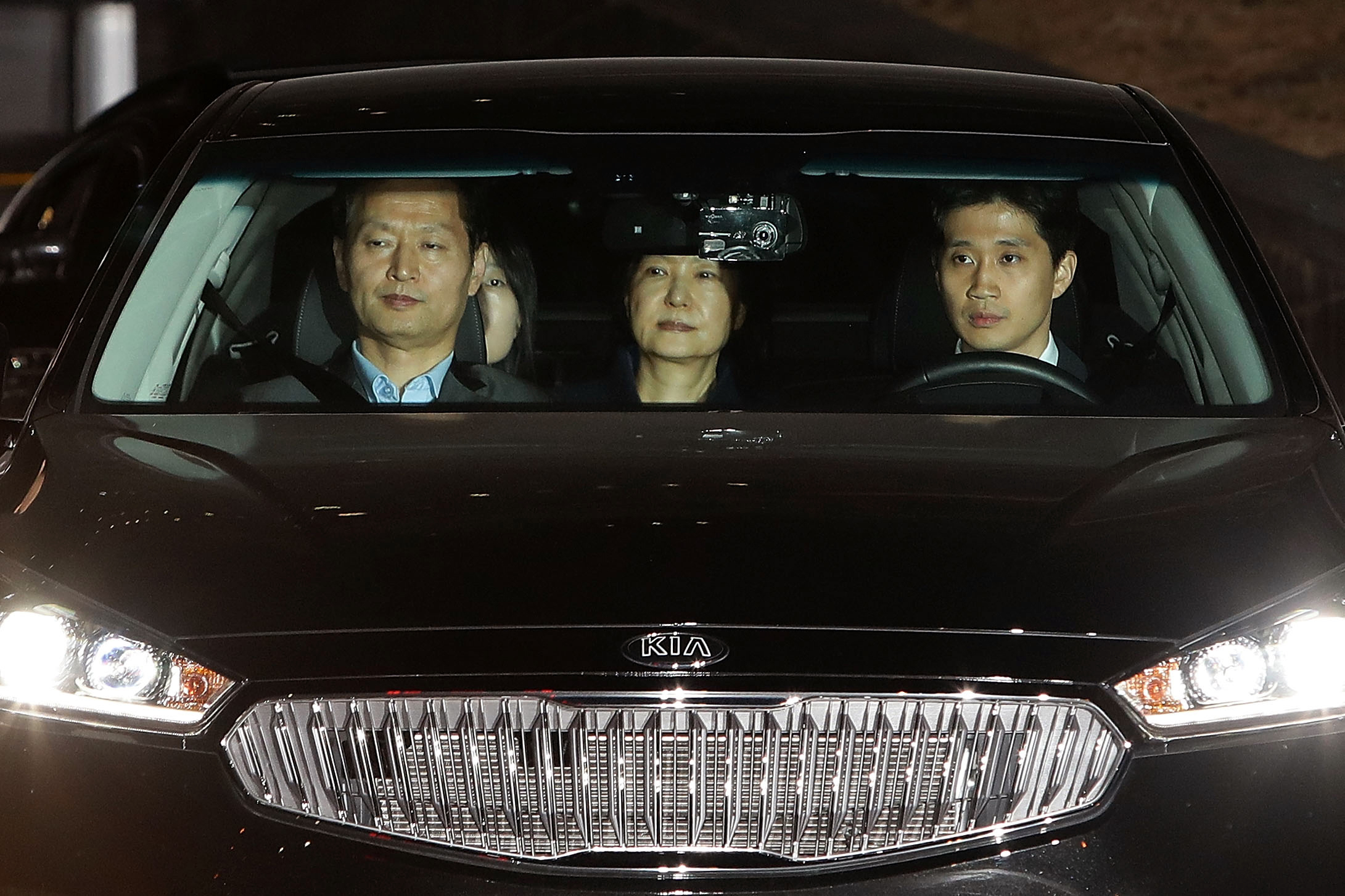 TOPSHOT - Ousted South Korean President Park Geun-hye (C), leaves the prosecutors' office in a car as she is transferred to a detention house early on March 31, 2017 in Seoul, South Korea. South Korea's ousted President Park Geun-hye was arrested early on March 31 over the corruption and abuse of power scandal that brought her down, a court spokesman said. / AFP PHOTO / POOL / Chung Sung-Jun / TT / kod 444