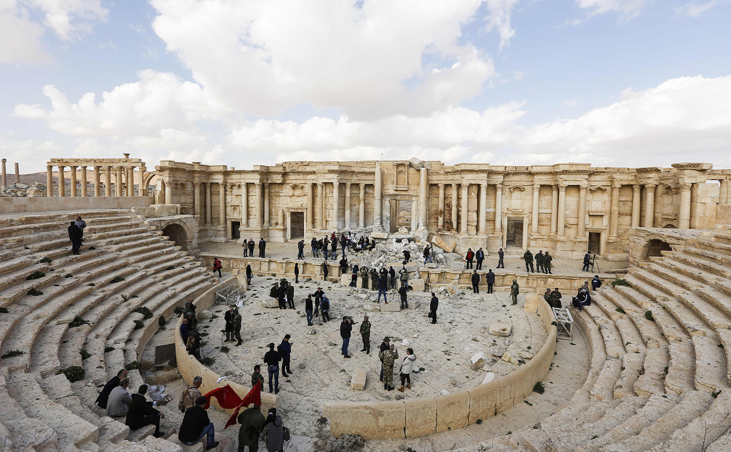 TOPSHOT - A picture taken on March 4, 2017 shows journalists at the site of the damaged Roman amphitheatre in the ancient city of Palmyra in central Syria, as part of a tour organised by the Syrian army. Syrian troops backed by Russian jets completed the recapture of the historic city of Palmyra from Islamic State (IS) group fighters on March 2, 2017, the Kremlin and the army said. / AFP PHOTO / Louai Beshara / TT / kod 444