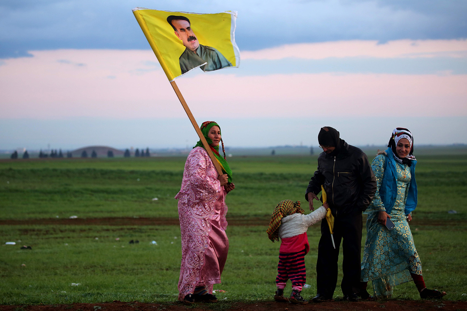 TOPSHOT - A Syrian Kurdish woman holds a portrait of jailed Kurdish rebel chief Abdullah Ocalan during the annual celebrations of Noruz, the Persian New Year, on March 21, 2017, in the northeastern Syrian city of Qamishli. The Persian New Year is an ancient Zoroastrian tradition celebrated by Iranians and Kurds which coincides with the vernal (spring) equinox and is calculated by the solar calender. / AFP PHOTO / DELIL SOULEIMAN / TT / kod 444