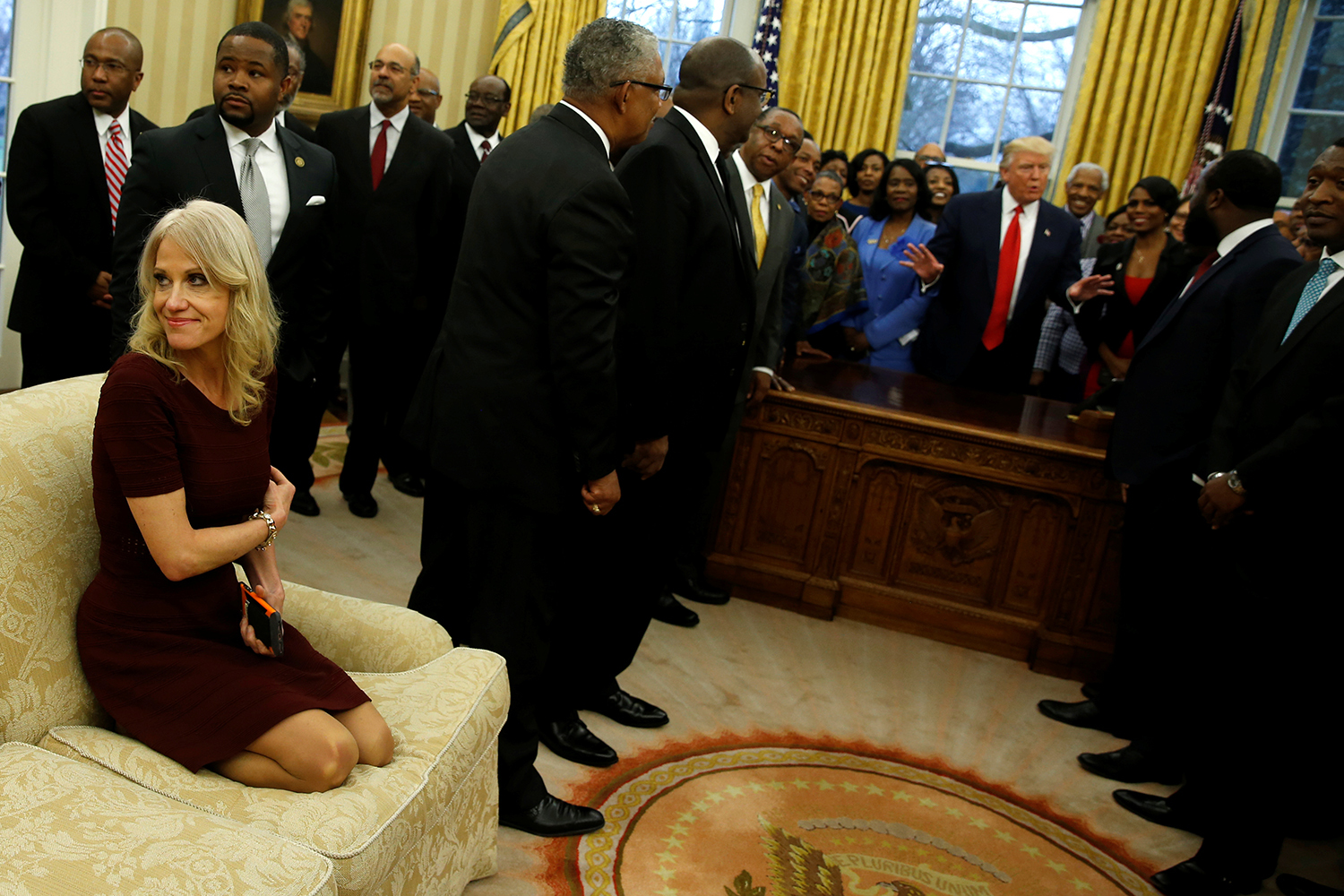 WASHINGTON 2017-02-27 Senior advisor Kellyanne Conway (L) attends as U.S. President Donald Trump (behind desk) welcomes the leaders of dozens of historically black colleges and universities (HBCU) in the Oval Office at the White House in Washington, U.S. February 27, 2017. REUTERS/Jonathan Ernst TPX IMAGES OF THE DAY Photo: / REUTERS / TT / kod 72000