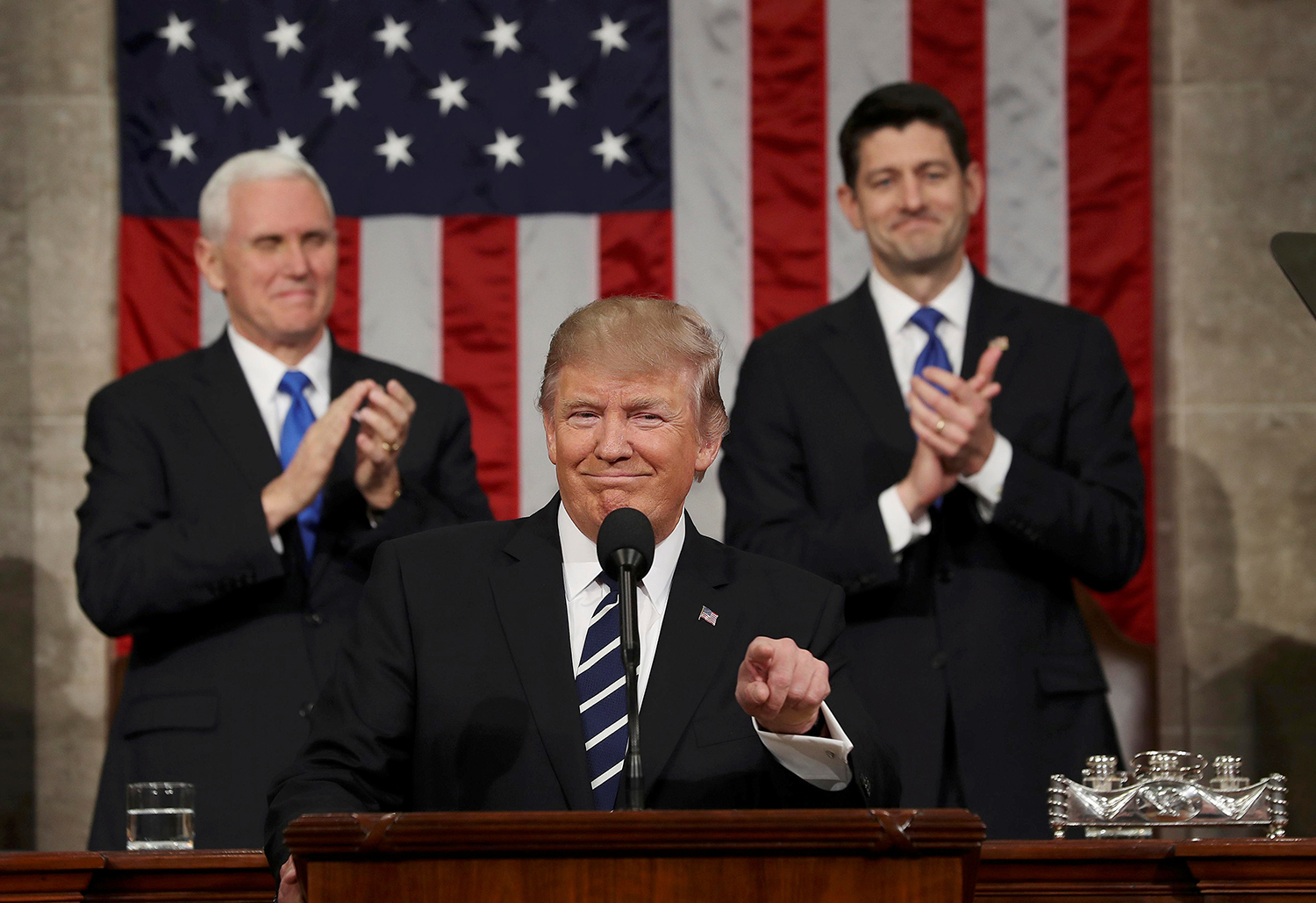 WASHINGTON 2017-03-01 US Vice President Mike Pence (L) and Speaker of the House Paul Ryan (R) applaud as US President Donald J. Trump (C) arrives to deliver his first address to a joint session of Congress from the floor of the House of Representatives in Washington, DC, USA, 28 February 2017. REUTERS/Jim Lo Scalzo TPX IMAGES OF THE DAY Photo: / REUTERS / TT / kod 72000