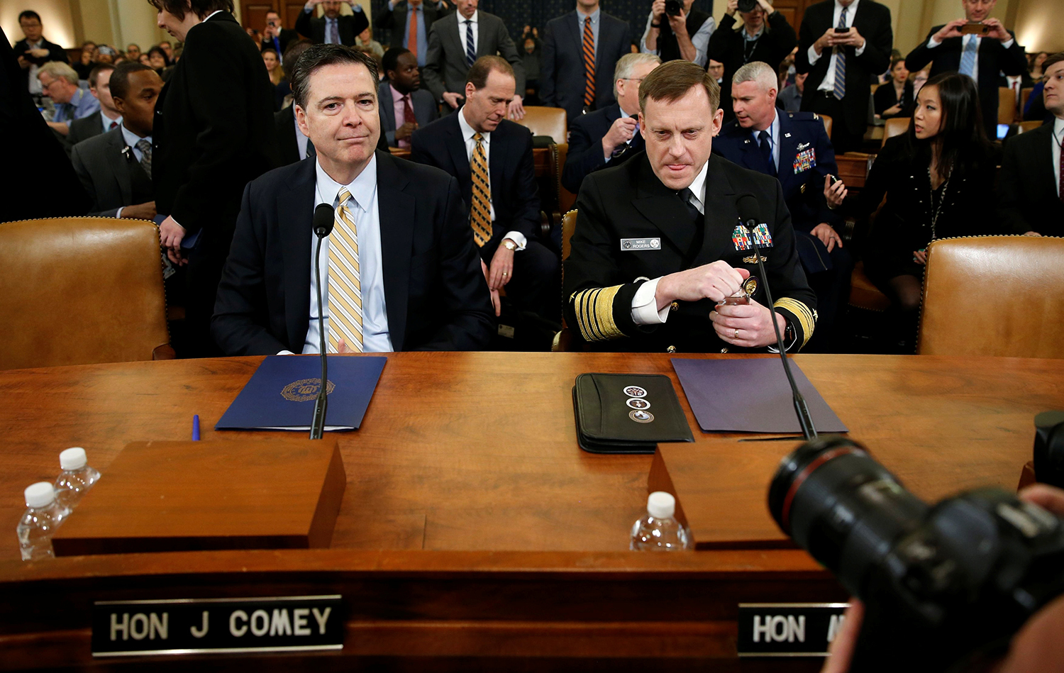WASHINGTON 2017-03-21 FBI Director James Comey (L) and National Security Agency Director Mike Rogers take their seats at a House Intelligence Committee hearing into alleged Russian meddling in the 2016 U.S. election, on Capitol Hill in Washington, U.S., March 20, 2017. REUTERS/Joshua Roberts TPX IMAGES OF THE DAY Photo: / REUTERS / TT / kod 72000