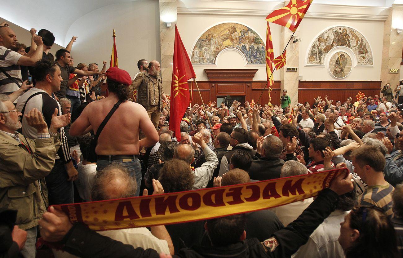 Omkring 200 demonstranter stormade parlamentet.