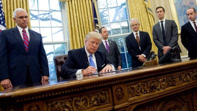 Trump skriver under ett förbud mot bistånd till organisationer som jobbar med aborter, omgiven av endast av manliga medarbetare. AFP