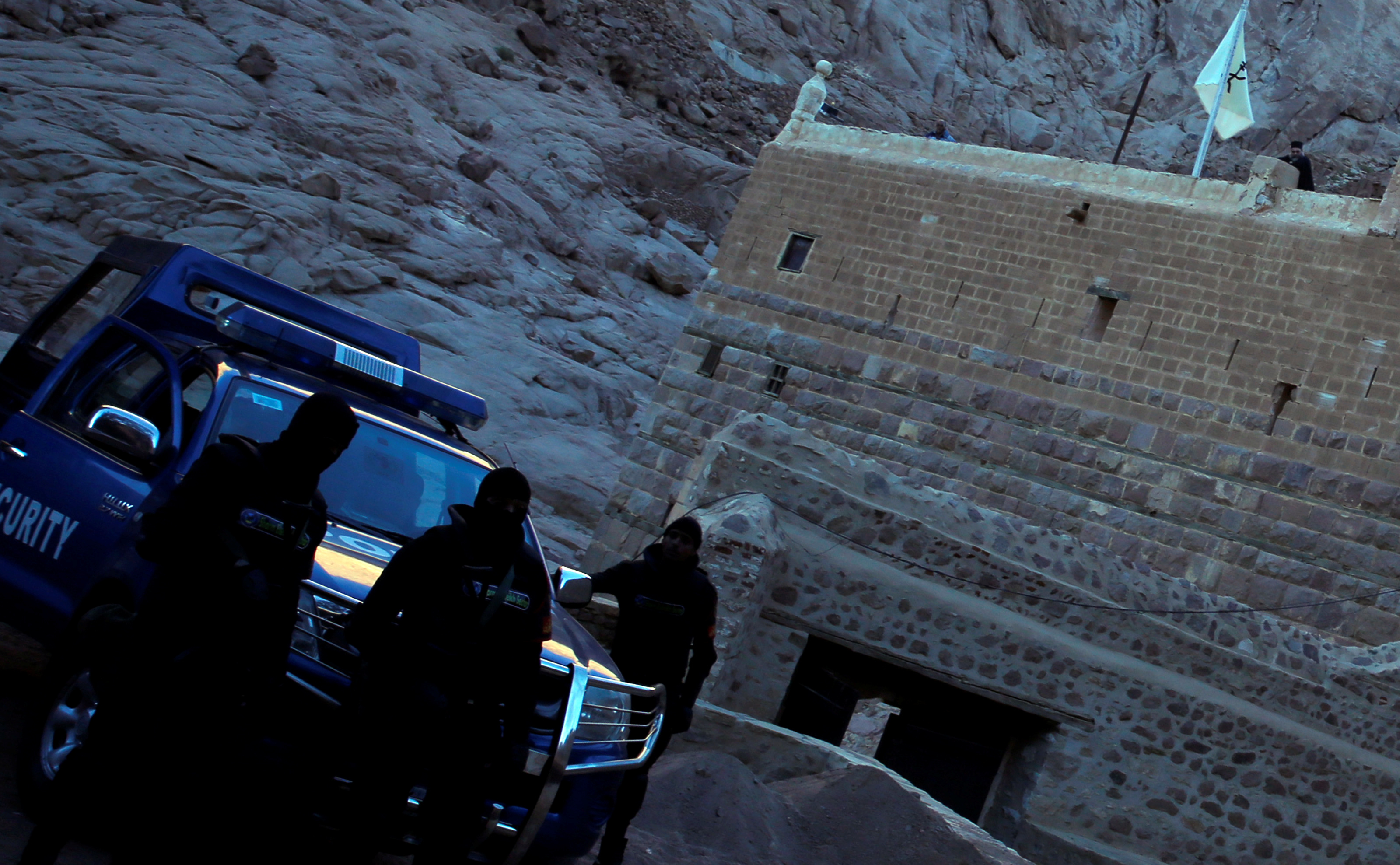 Saint Catherine 2017-04-18 FILE PHOTO - Special police forces stand guard as a Greek monk is seen on the top of a church at Saint Catherine's monastery, in the Sinai Peninsula, south of Egypt, in this file photo taken December 8, 2015. REUTERS/Amr Abdallah Dalsh/File Photo TPX IMAGES OF THE DAY Photo: / REUTERS / TT / kod 72000