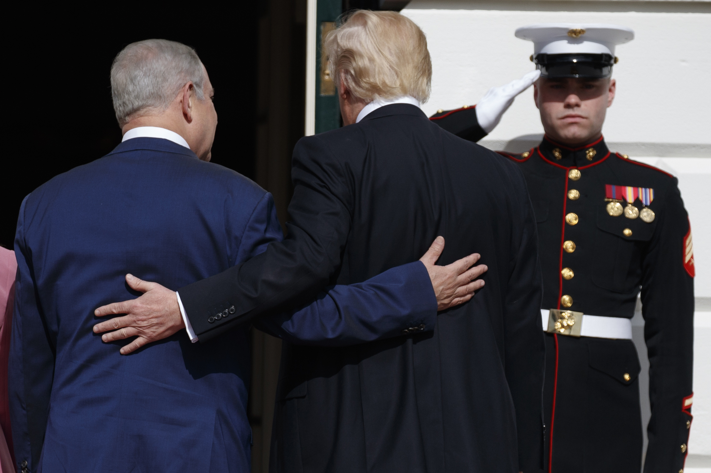 foto : evan vucci : president donald trump escorts israeli prime minister benjamin netanyahu into the white house in washington, wednesday, feb. 15, 2017. (ap photo/evan vucci)