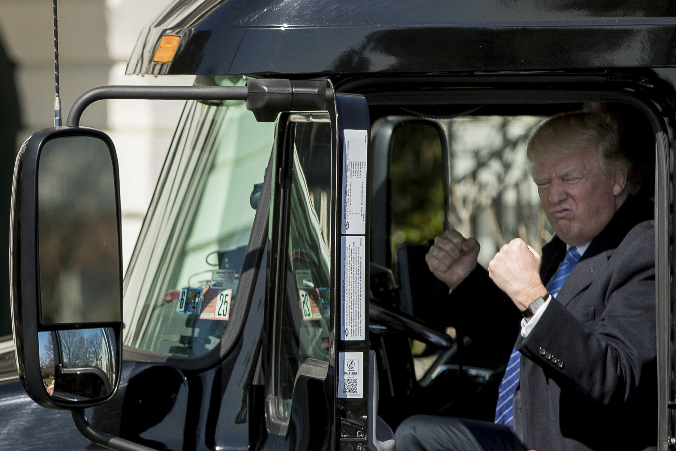 foto : andrew harnik : president donald trump gestures while sitting in an 18-wheeler truck while meeting with truckers and ceos regarding healthcare on the south lawn of the white house in washington, thursday, march 23, 2017. (ap photo/andrew harnik)