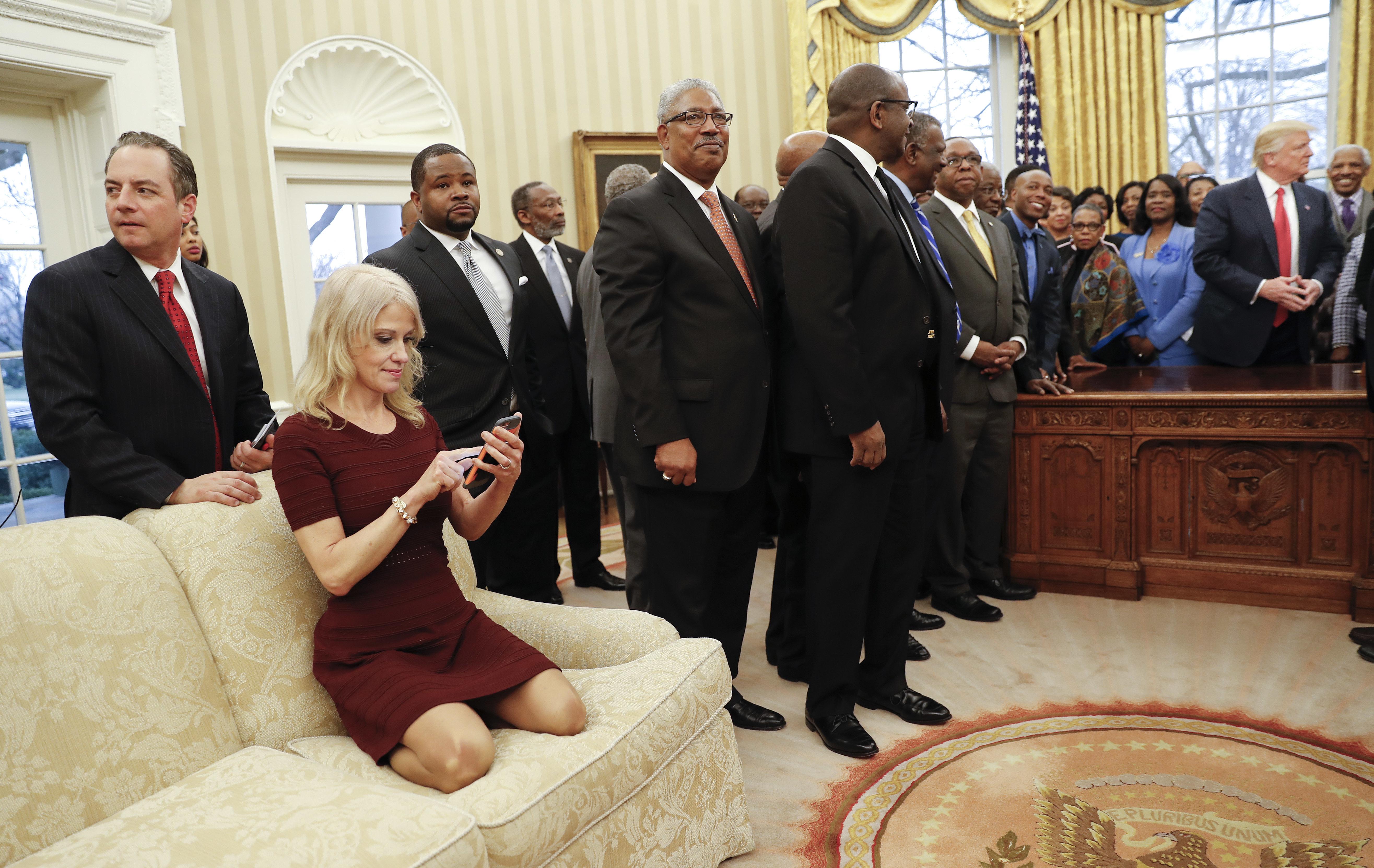 Rådgivaren Kellyanne Conway fångades på bild i en märklig pose i Ovala rummet. Bilden väckte ramaskri då kritikerna hävdade att hon inte visade repsekt för presidentämbetet och besökarna – men själv hävdade Conway att hon satt sig på knäna för att få bättre vinkel när hon skulle fotografera. APphoto/Pablo Martinez Monsivais