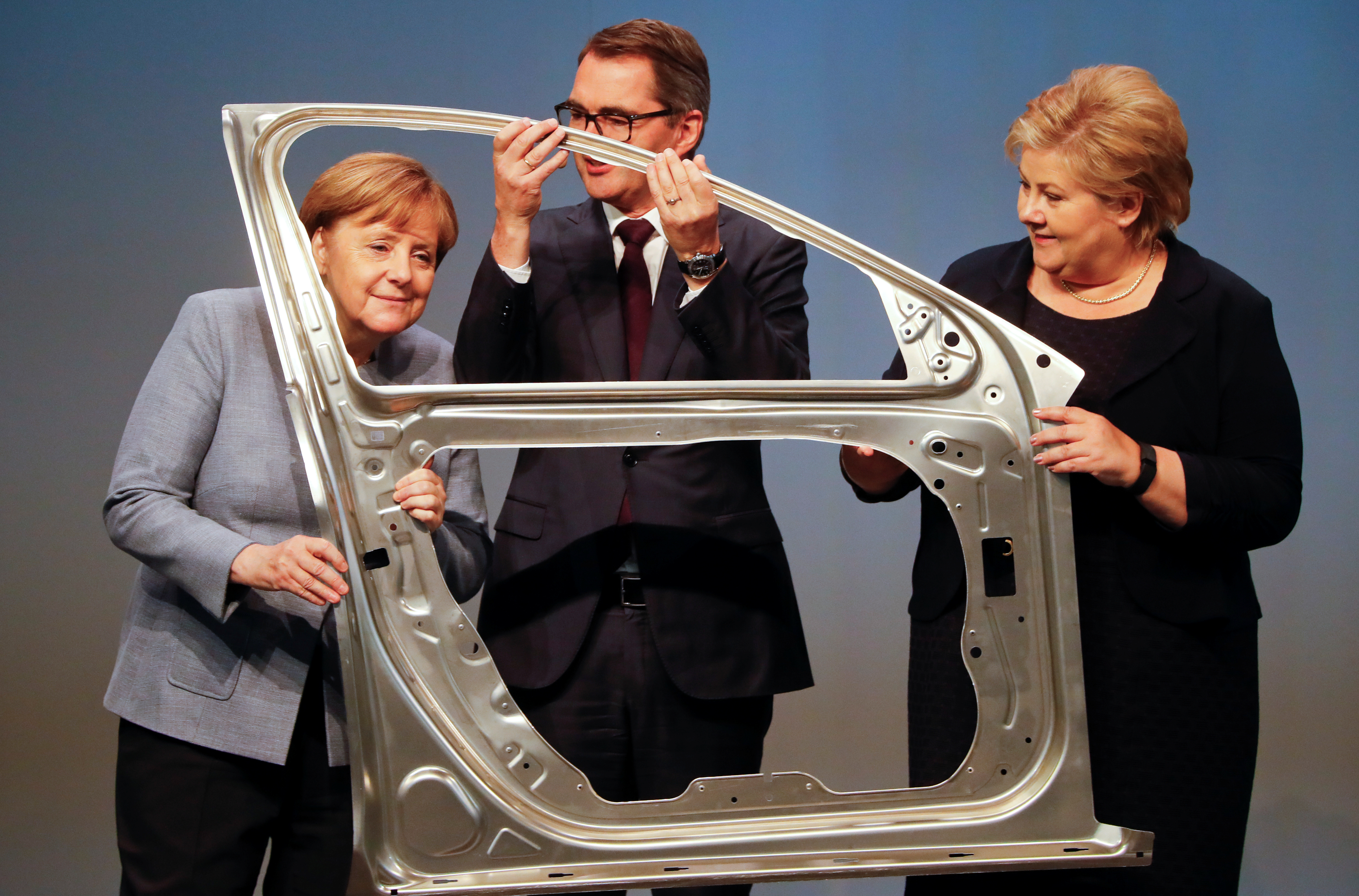GREVENBROICH 2017-05-04 German Chancellor Angela Merkel, Svein Richard Brandtzaeg, President and Chief Executive Officer of Rolled Products and Norwegian Prime Minister Erna Solberg are seen during the official opening of a production line for the car industry at a branch of Norway's Hydro aluminum company in Grevenbroich, Germany May 4, 2017. REUTERS/Wolfgang Rattay TPX IMAGES OF THE DAY Photo: / REUTERS / TT / kod 72000
