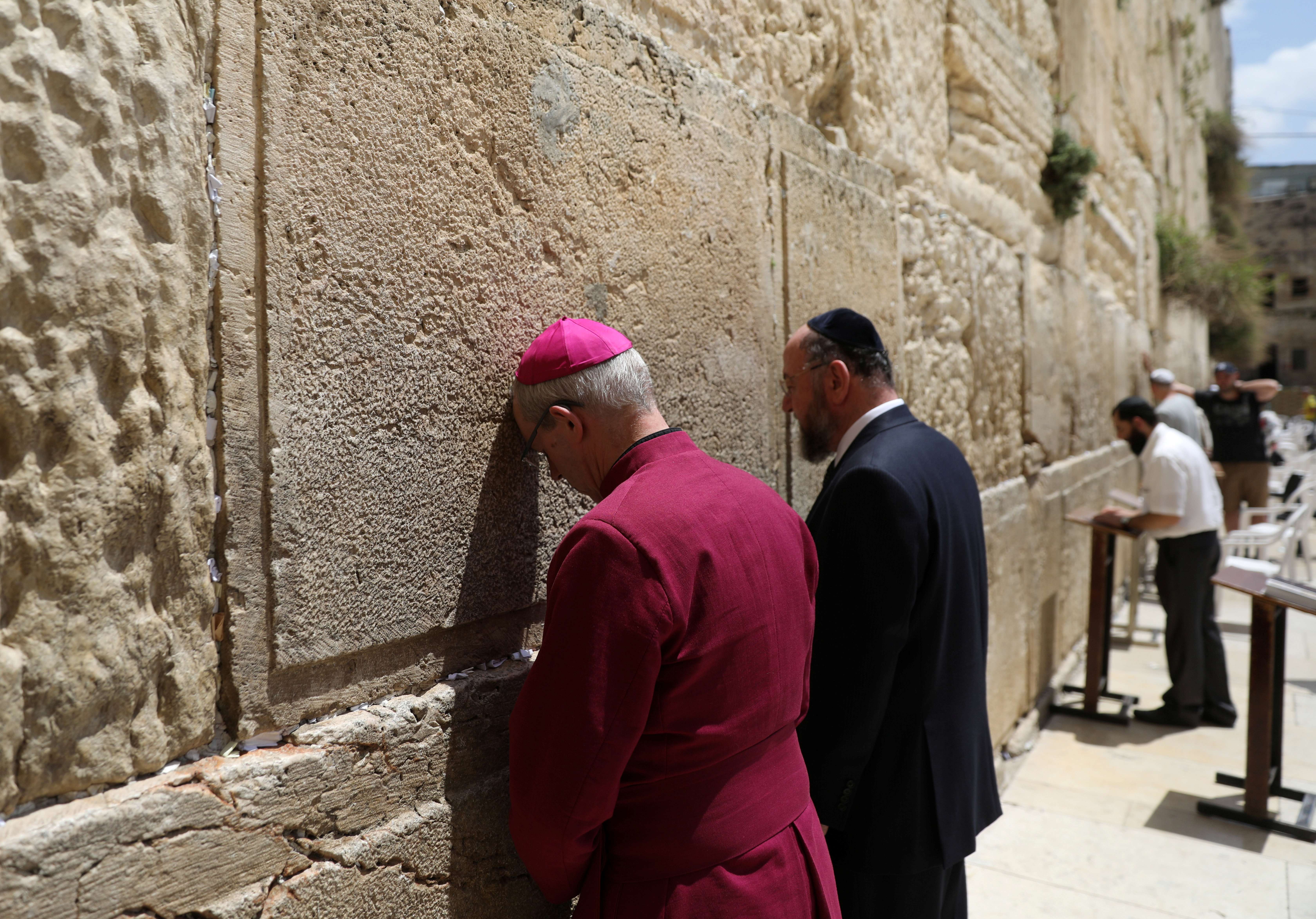 JERUSALEM 2017-05-03 Archbishop of Canterbury, Justin Welby, touches the Western Wall as he stands next to Britain's Chief Rabbi, Ephraim Mirvis during their visit to the Western Wall, in Jerusalem's Old City May 3, 2017. REUTERS/Ronen Zvulun TPX IMAGES OF THE DAY Photo: / REUTERS / TT / kod 72000