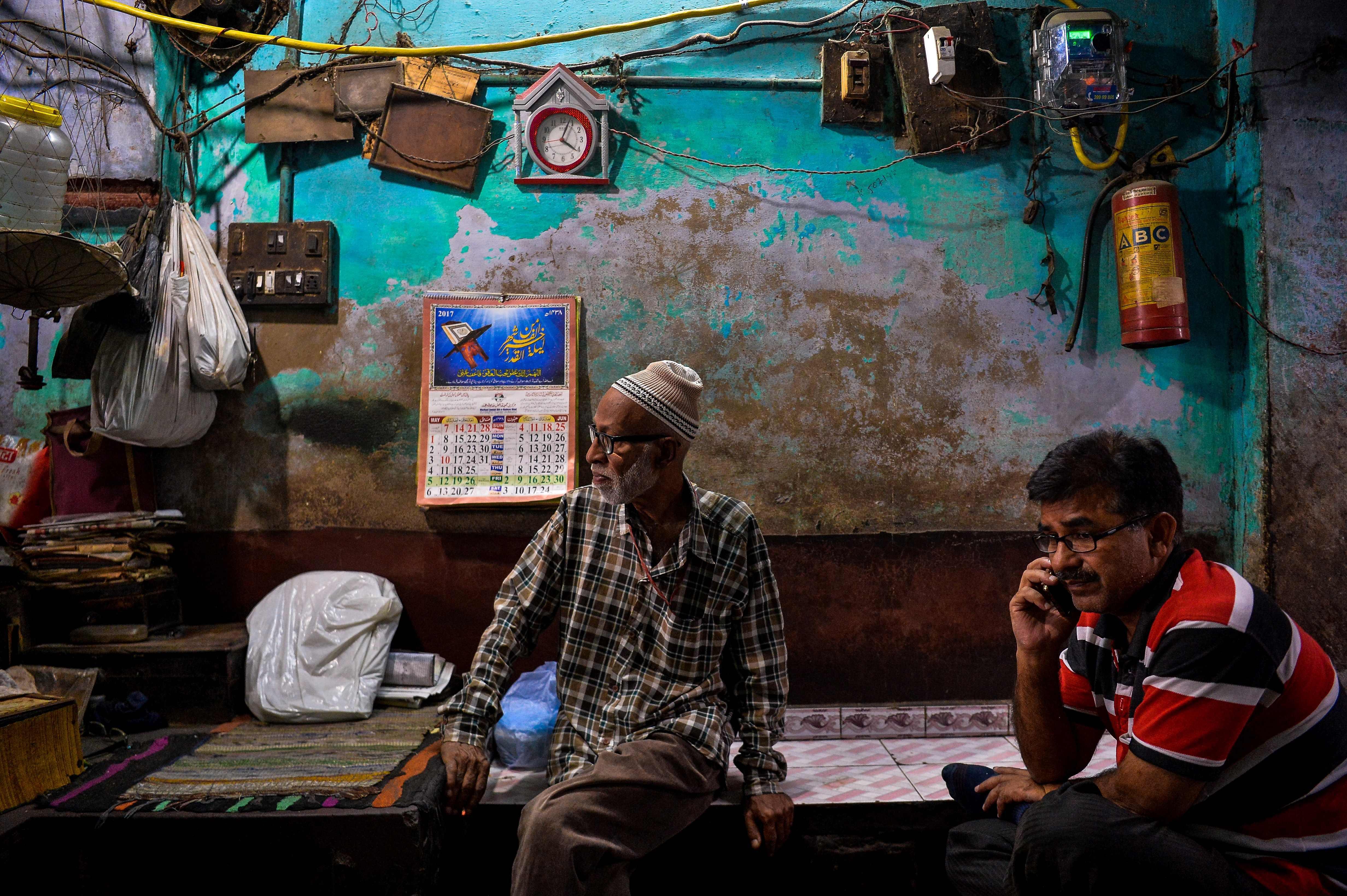 TOPSHOT - An elderly Indian shopkeeper sits as he waits for customers in New Delhi on May 3, 2017. / AFP PHOTO / CHANDAN KHANNA / TT / kod 444