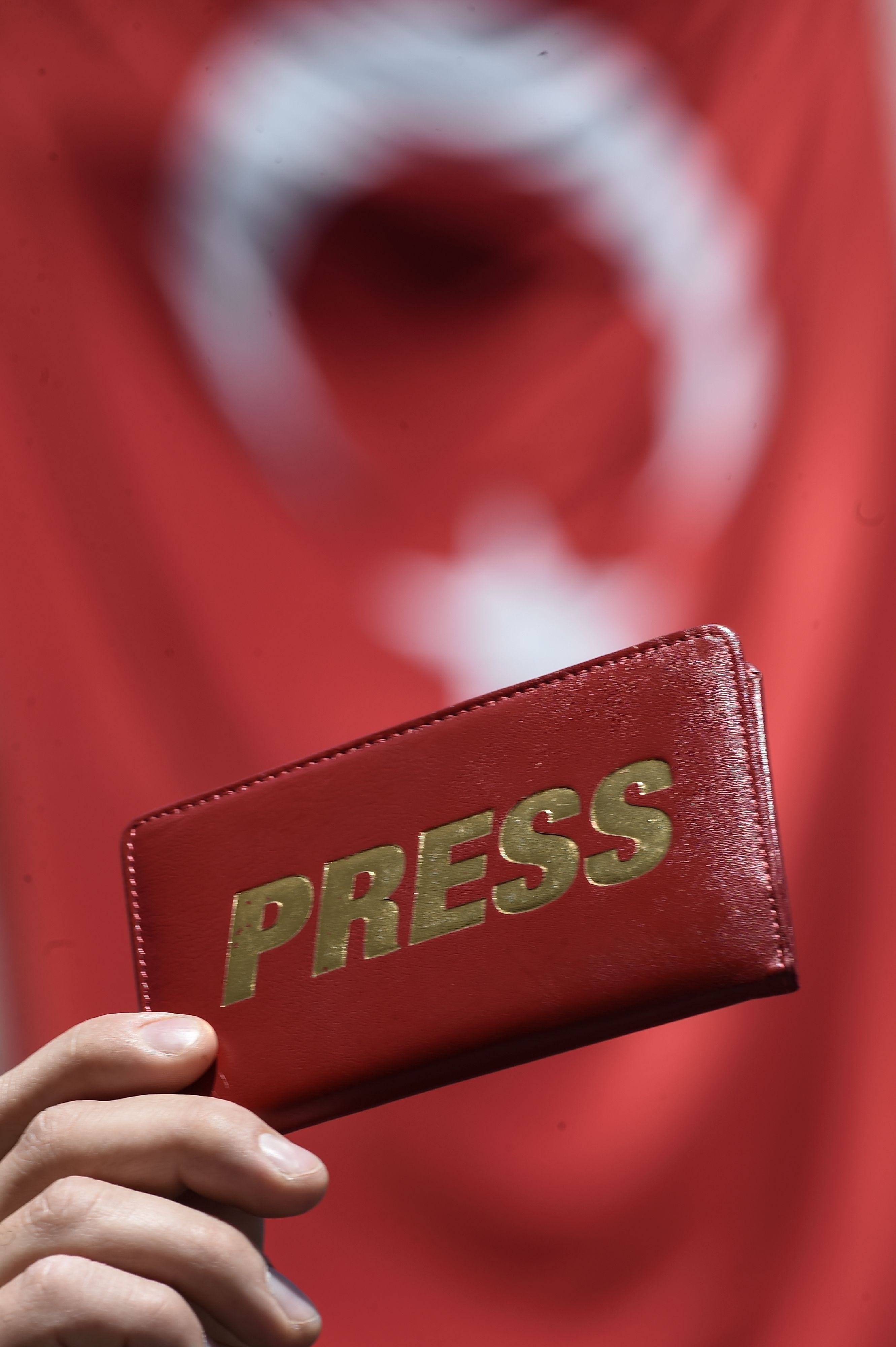 TOPSHOT - A journalist holds a press wallet during a demonstration for the World Press Freedom Day on the Istiklal avenue, in Istanbul, on May 3, 2017. According to the P24 press freedom website on April 4, 2017, there are 141 journalists behind bars in Turkey, most of whom were detained as part of the state of emergency imposed after the failed coup. / AFP PHOTO / OZAN KOSE / TT / kod 444