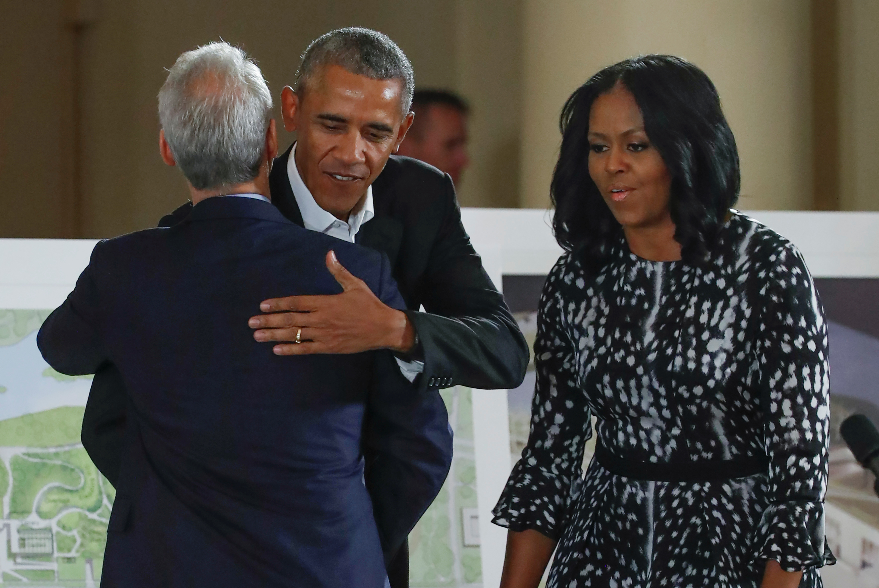 CHICAGO 2017-05-03 Former U.S. President Barack Obama and former first lady Michelle Obama are greeted by City of Chicago Mayor Rahm Emanuel during a community event on the Obama Presidential Centre at the South Shore Cultural Centre in Chicago, Illinois, U.S., May 3, 2017. REUTERS/Kamil Krzaczynski TPX IMAGES OF THE DAY Photo: / REUTERS / TT / kod 72000
