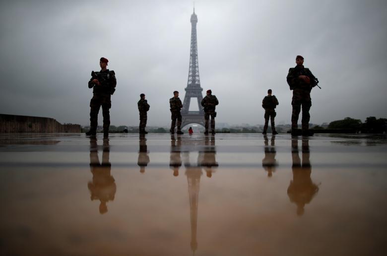 Franska soldater patrullerar utanför Eiffeltornet. I Frankrike råder fortfarande undantagstillstånd. REUTERS/Christian Hartmann
