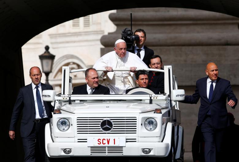 Påve Fransiskus på väg mot ett tal i Vatikanstaten. REUTERS/Tony Gentile