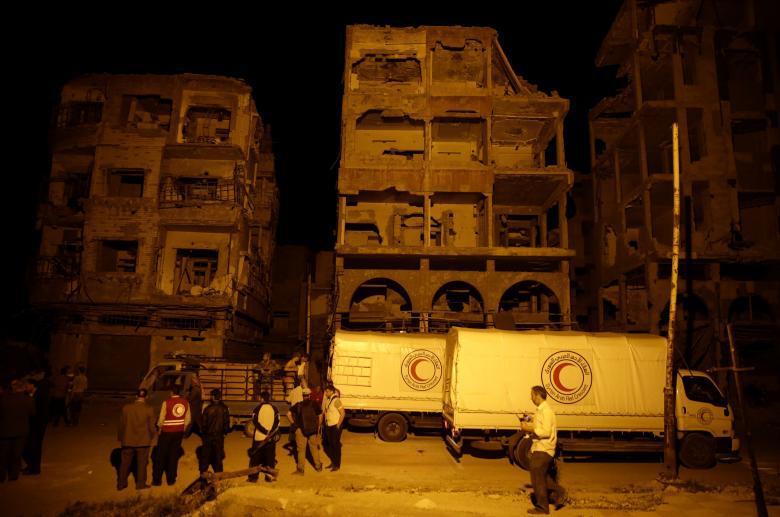En hjälpkonvoj når den syriska, rebellkontrollerade staden Douma, utanför Damaskus i Syrien. REUTERS/Bassam Khabieh