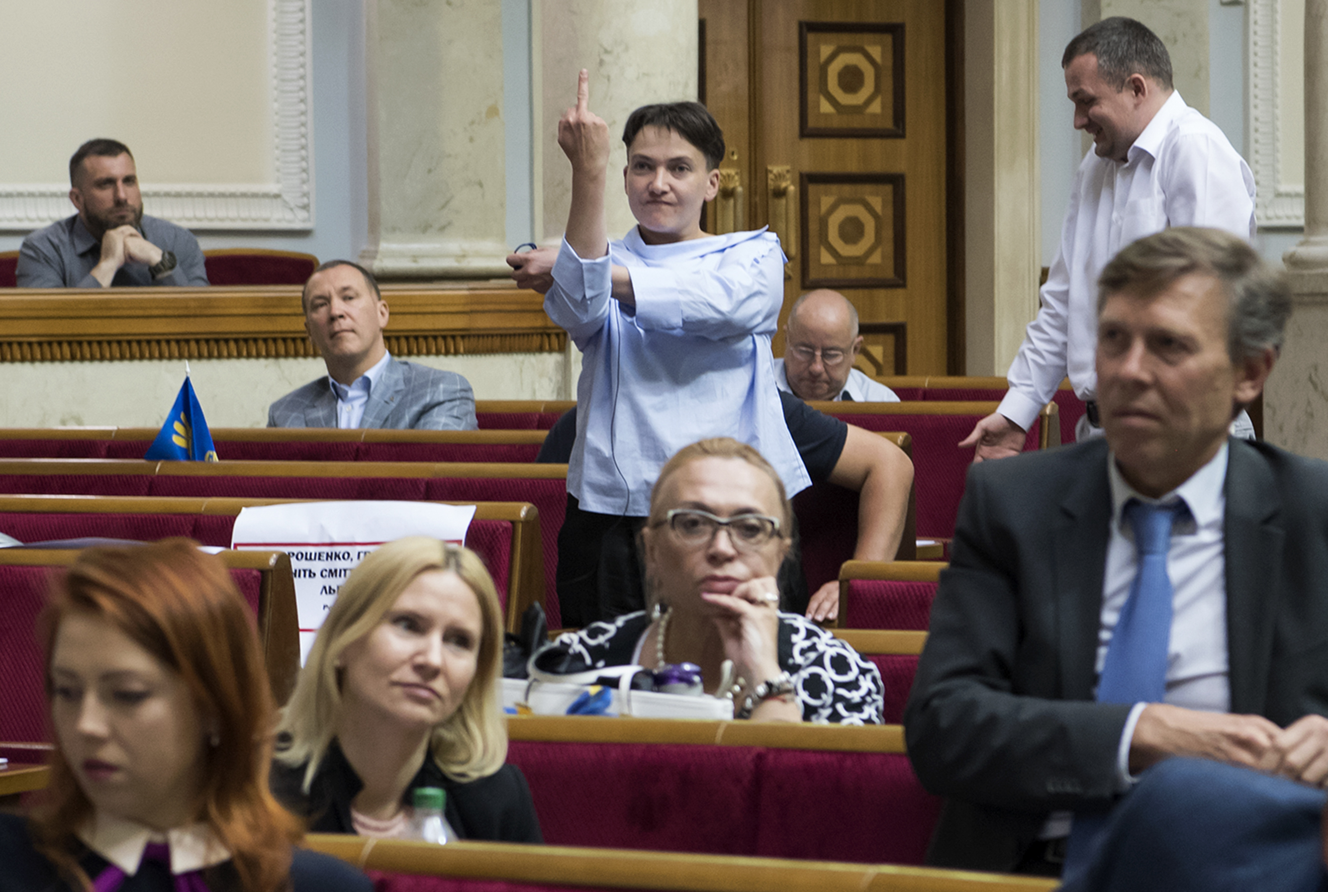 KIEV 2017-06-22 Ukrainian lawmaker Nadiya Savchenko uses the middle finger gesture as she reacts during a session of the parliament in Kiev, Ukraine June 22, 2017. REUTERS/Vladyslav Musiienko/Pool TPX IMAGES OF THE DAY Photo: / REUTERS / TT / kod 72000