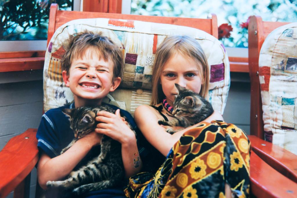 Jim tillsammans med sin storasyster. Foto: Privat
