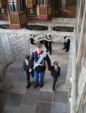 Prins Joachim höll sönerna Nikolai och Felix i händerna när han kom in i kyrkan.