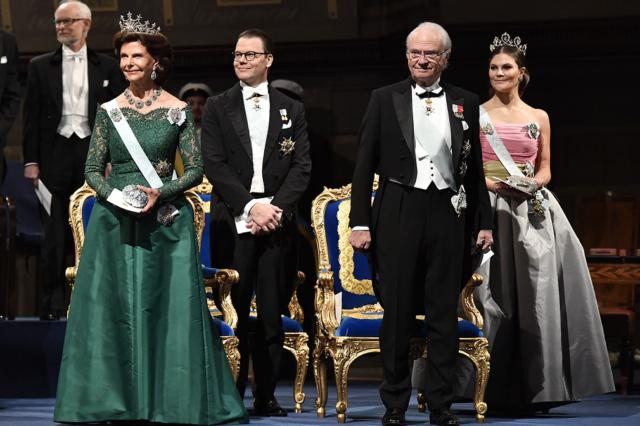 bbc5dfeec5a7 Prinsessornas och drottningens nobelklänningar 2018   Hovbloggen