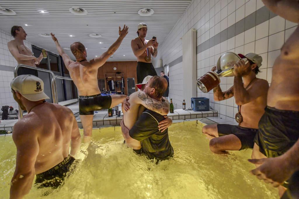 i omklädningsrummets pool firar spelarna ordentligt. i Mitten kramar Joakim Nordström om massören Thomas Carlsson. De har följt varandra sedan u16 landslaget och alltid pratat om att de ska vinna VM ihop en dag. Nu står de där och kramar om varandra.