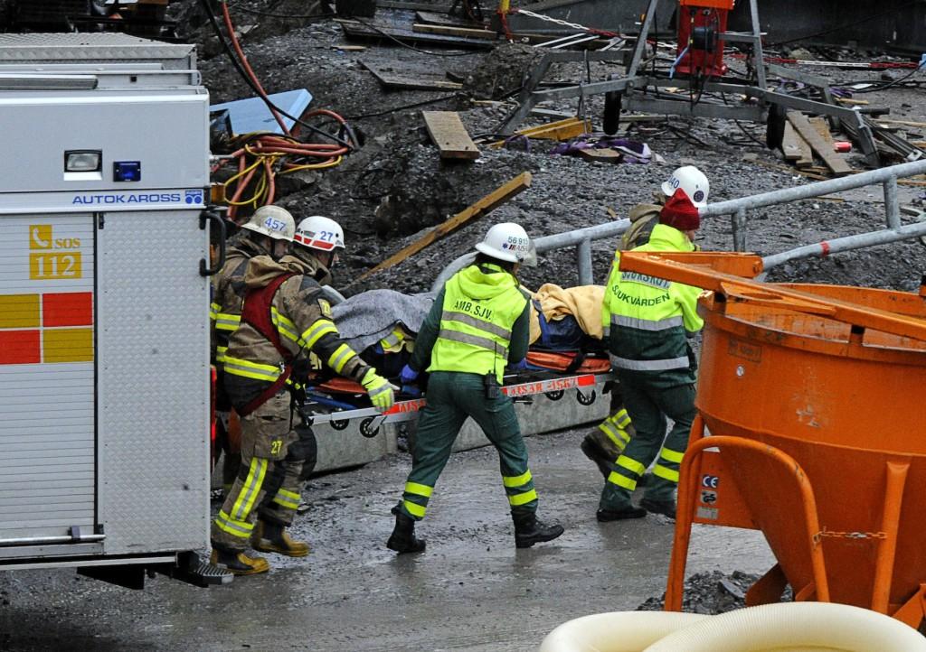 Ambulanspersonal hjälper byggnadsarbetare efter fallolycka på Norra länken-bygget.