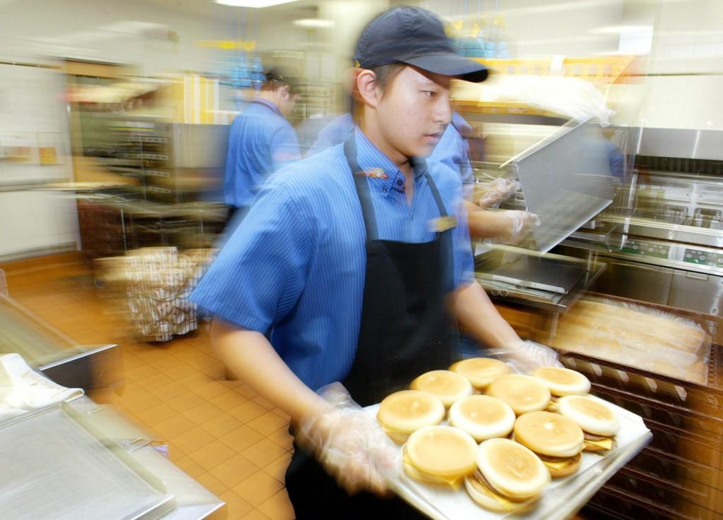 Miljoner unga lever med otrygga anställningar. Foto: Mark Baker/Scanpix.