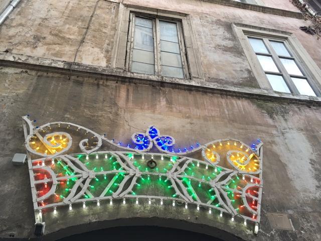 krona på sliten husvägg