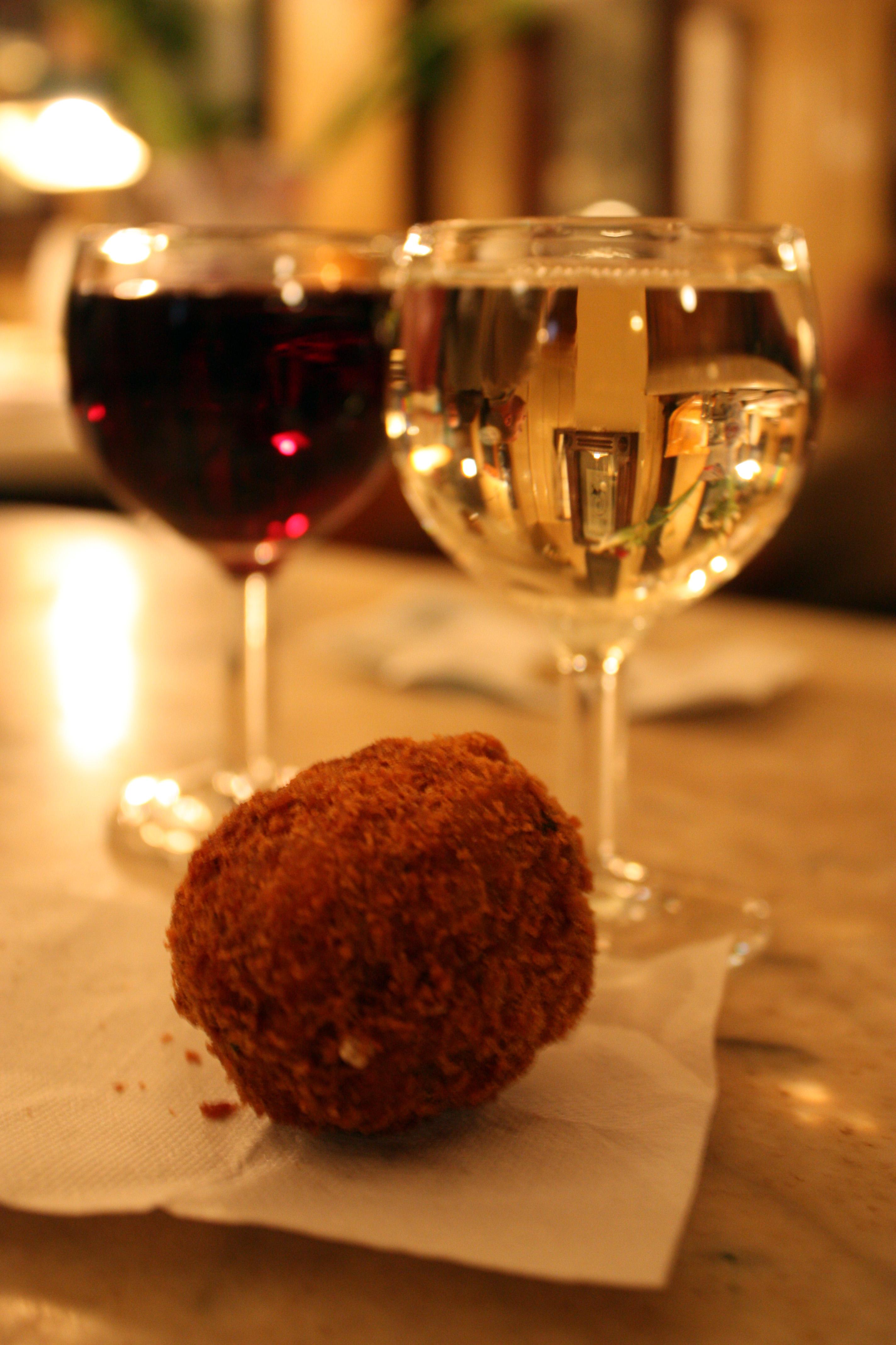 Köttbulle och vin är specialitet i baren på Osteria alla Vedova