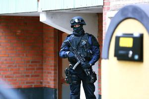 efter terrordåden i köpenhamn bevakas de judiska institutioner i skåne av tungt beväpnad polis med k-pistar.
